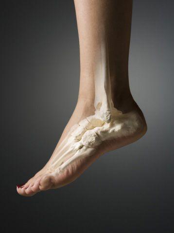 Kemikle ilgili bir şey yapılmıyor ve sadece ayak bileğinin yağ oranına mı müdahale ediliyor?  Bilekle ilgili sadece yağ dokusuna yönelik işlemler gerçekleştirilir. Kemiğe yönelik işlemler rağbet görmez çünkü vücudun ağırlığını taşıyan kavşaklardan biri olan ayak bileği kemikleri üzerine yapılacak müdahaleler, sağlık açısından risk taşır, örneğin ayak şeklinin daha dar görünmesini sağlamak için uygulanan parmak kemiklerinin bir tanesinin çıkarılması da ilgi görmedi.